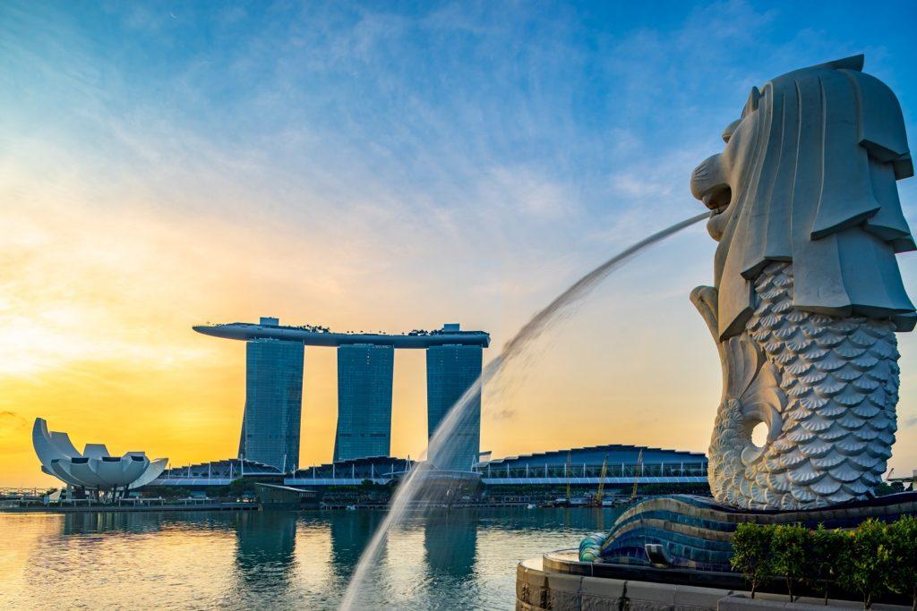 merlion statue facing marina bay sands hotel-singapore